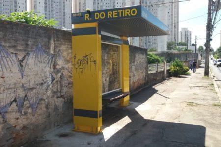 Vândalos rabiscaram abrigo de ônibus instalado na Rua do Retiro