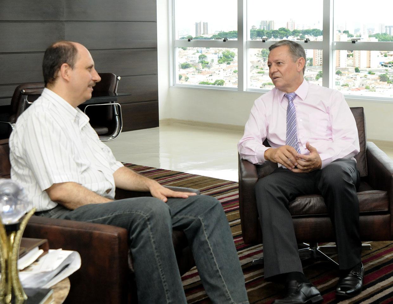 Carlos Oliveira, gerente regional, durante a visita ao prefeito
