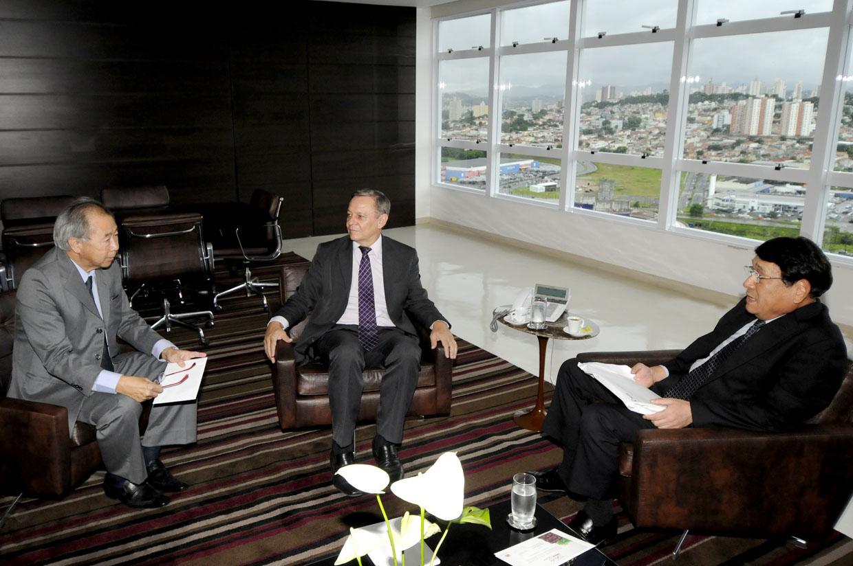 Prefeito Pedro Bigardi durante encontro com Tatsuo Soutome e Eduardo Yoshida