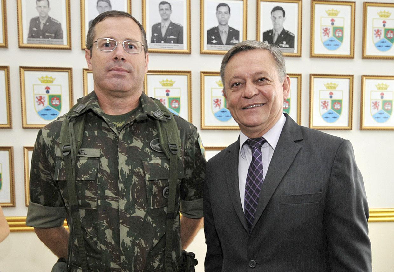 Coronel Sibinel com o prefeito Pedro Bigardi
