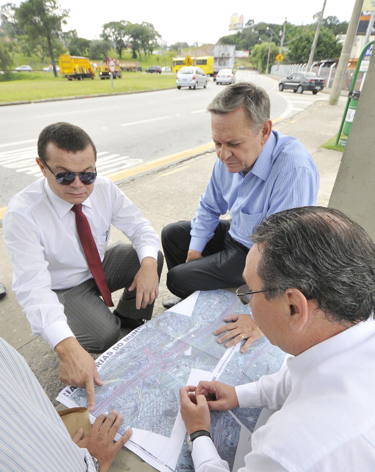 O prefeito analisou com os secretários a projeto do trevo da avenida Jundiaí
