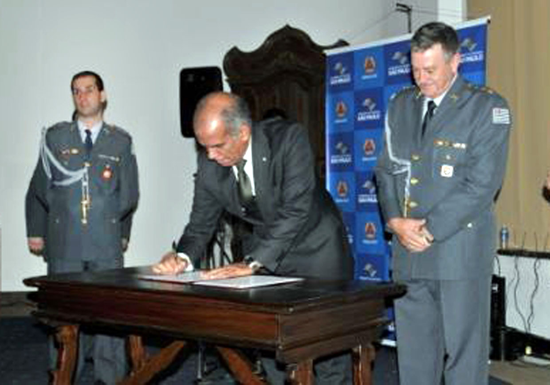 Secretário nacional Humberto Viana, na assinatura do acordo