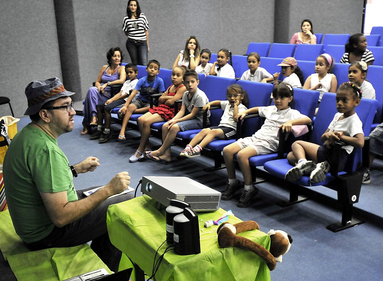 Crianças interagem com o autor e aprendem brincando
