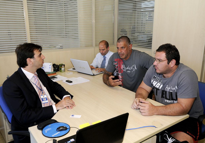 Cristiano Lopes conversa com Frota e dirigentes do Corinthians
