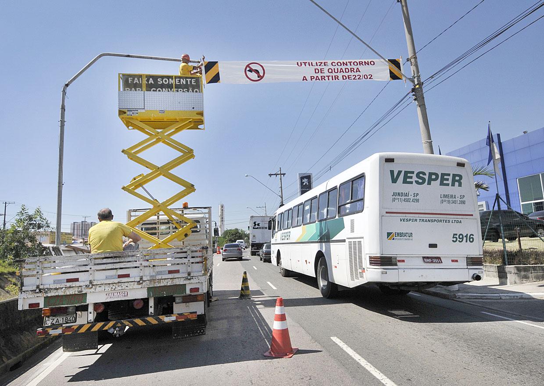 Retorno na ponte da rua Castro Alves pela Frederico Ozanan, sentido Várzea Paulista, está proibido