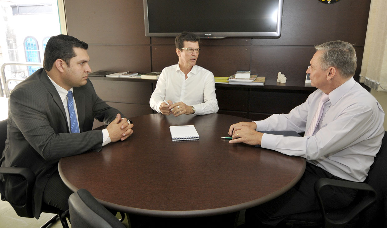 Cristiano Guimarães, Tércio Marinho e o prefeito Pedro Bigardi durante a visita