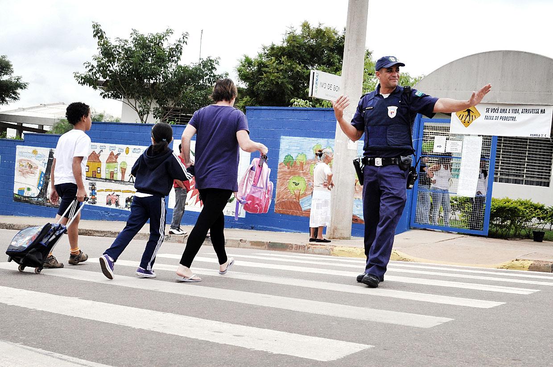 Na ronda escolar, a GM de Jundiaí auxilia na entrada e saída dos alunos