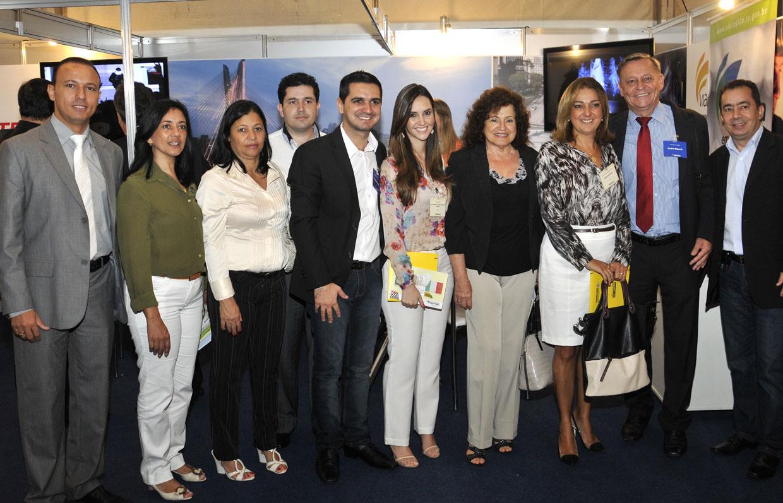 Prefeito e a primeira-dama com os participantes do evento