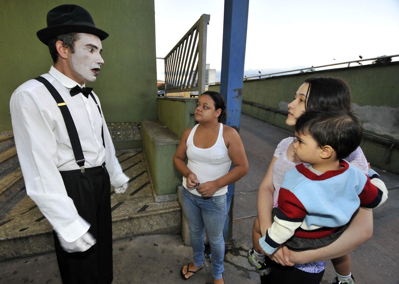 Fantasiados, atores convidam as pessoas para viagem cultural