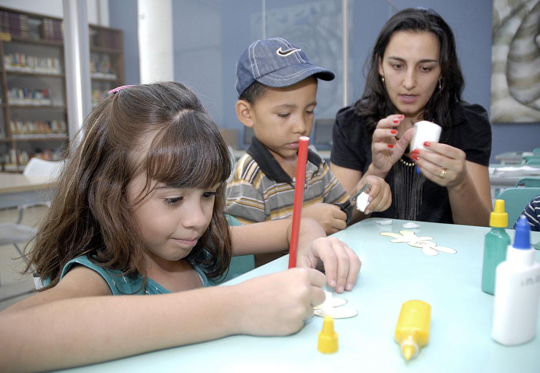 Crianças confeccionaram imãs de geladeira em formato de coelho da Páscoa