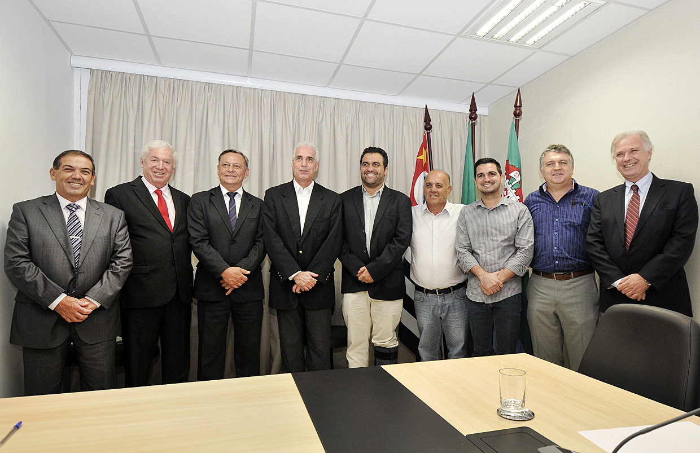 Prefeitos da região com o secretário Edmur Mesquita e o vice-presidente da Emplasa, Luiz Predett