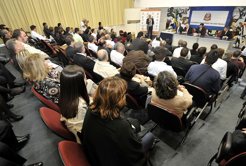 Prefeitos e representantes de 150 municípios participaram da solenidade