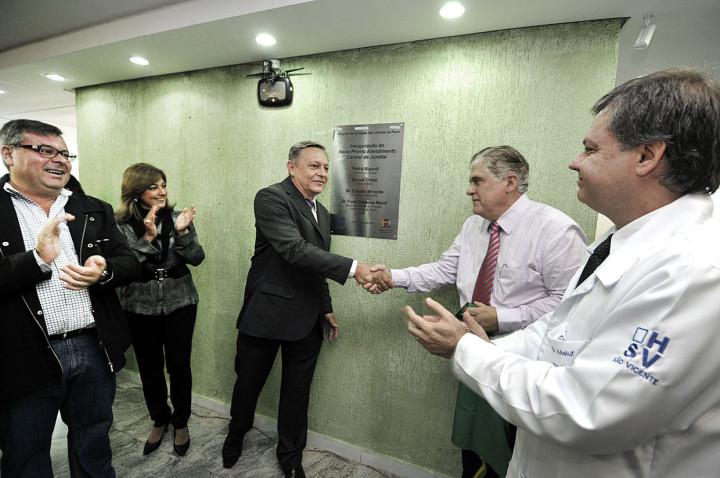 Prefeito Pedro Bigardi cumprimenta secretário Cláudio Miranda: inauguração