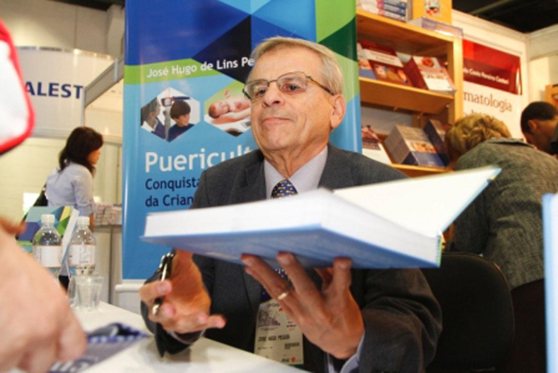 O professor emérito da FMJ no dia do lançamento do livro
