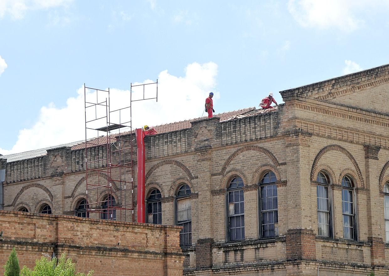 As obras estão recuperando o telhado do prédio
