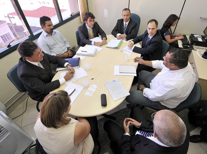Reunião conciliatória convocada pelo diretor do Procon, Adílton Garcia