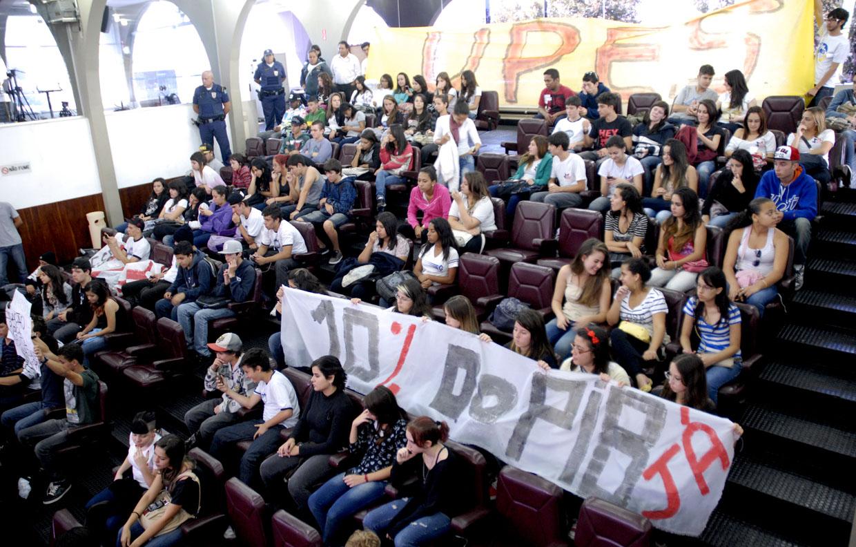 Alunos lotam a Câmara Municipal pela universidade pública