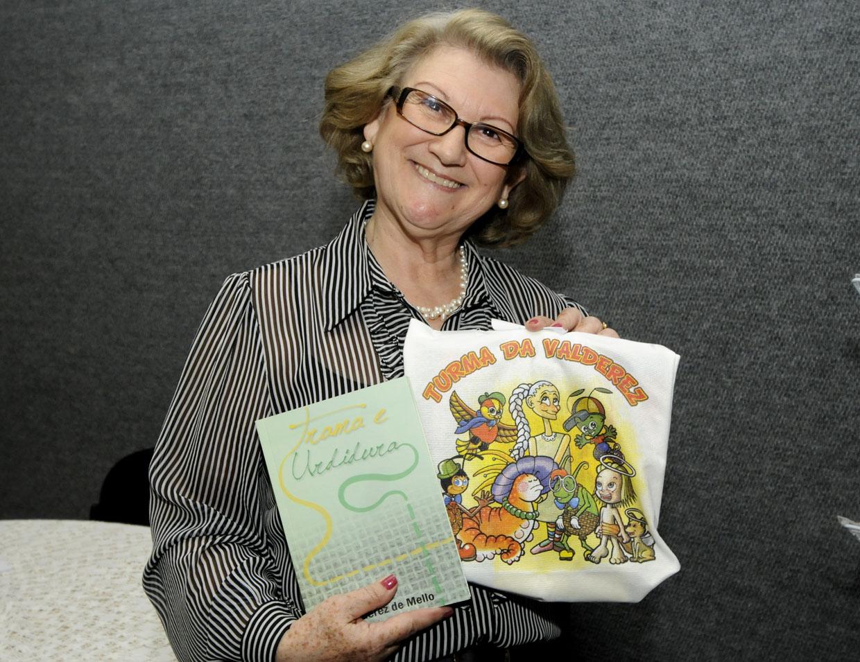 A escritora Valderez de Mello com a sua obra