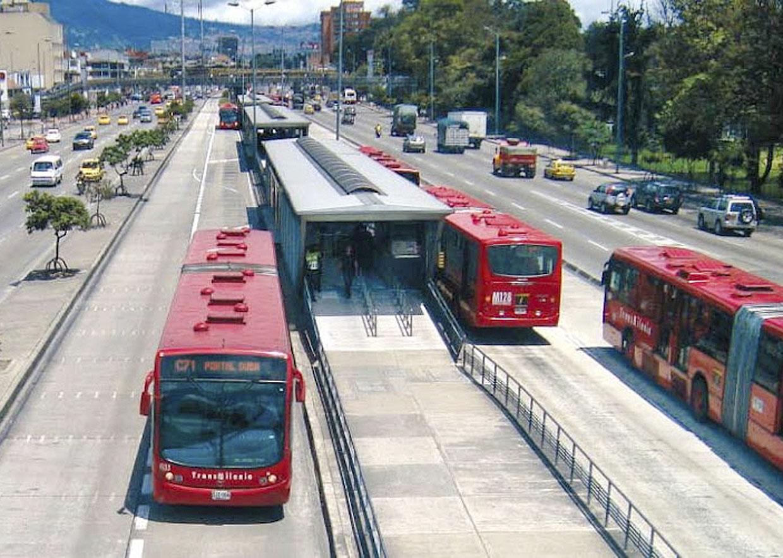 Ônibus percorrem a cidade em corredores exclusivos: rapidez