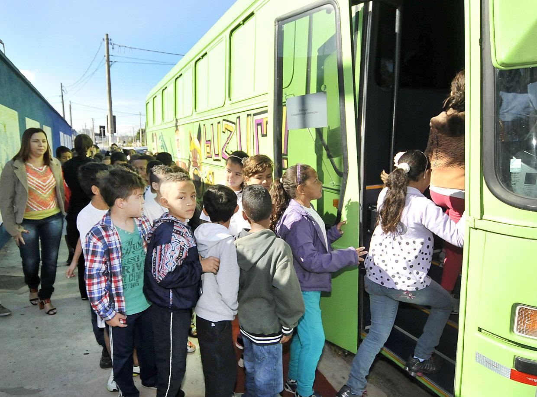O veículo adaptado recebe 50 crianças por sessão