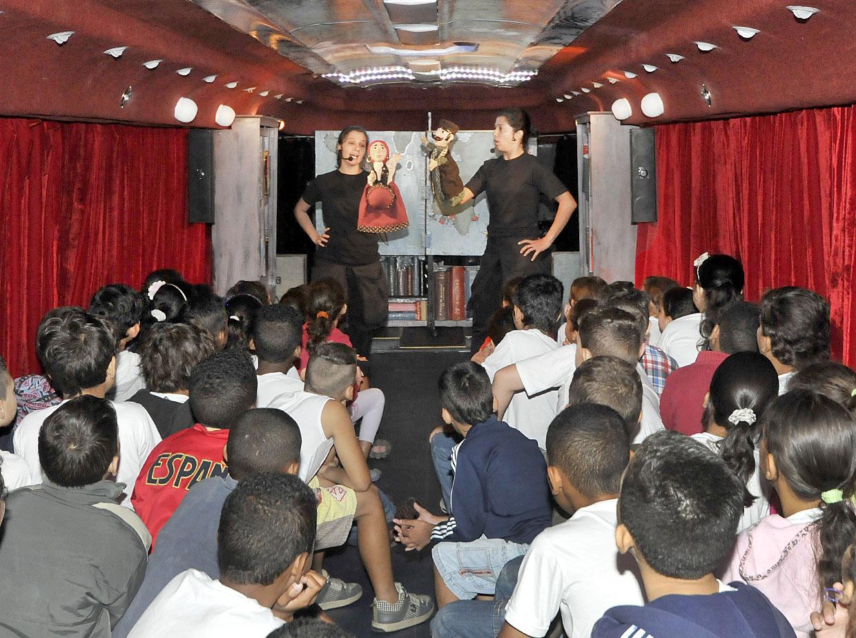Dentro de um ônibus, uma viagem pelo conhecimento