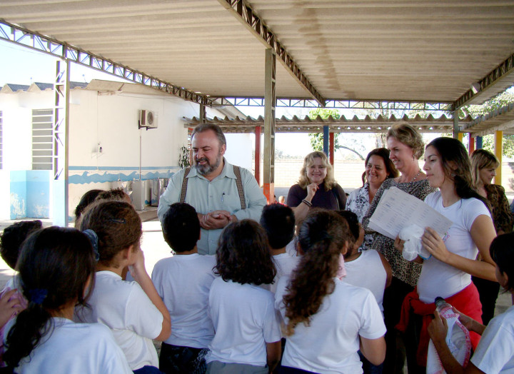 Na Emeb Judith Almeida, Orlato interagiu com as crianças