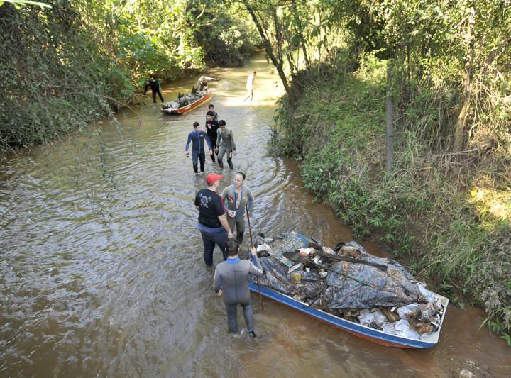 Grupo percorreu cerca de 1 quilômetro do rio recolhendo o lixo