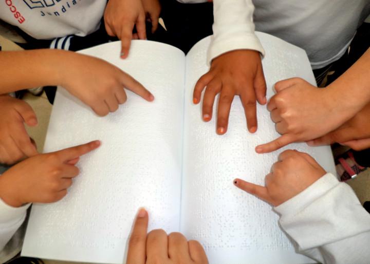 As crianças em contato com os livros em Braille