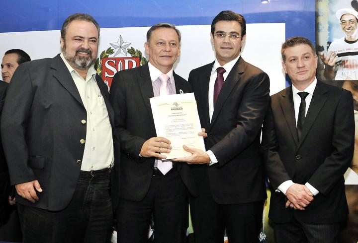 Durval, Bigardi, o secretário Rodrigo Garcia e o deputado estadual Beto Trícoli, durante assinatura de convênio