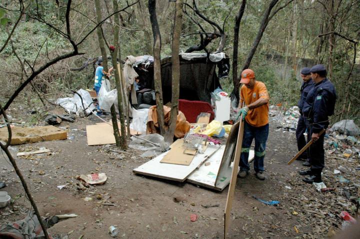 Funcionários recolhem materiais e entulhos deixados nos locais