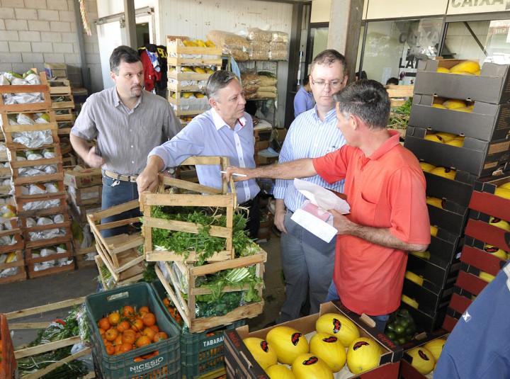 Prefeito conversou com os produtores e comerciantes