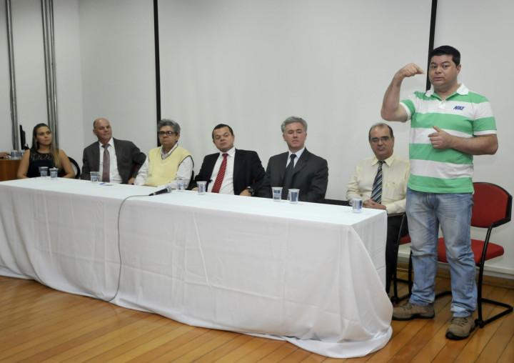 O coordenador pedagógico Milton Romero Filho fala na mesa de abertura