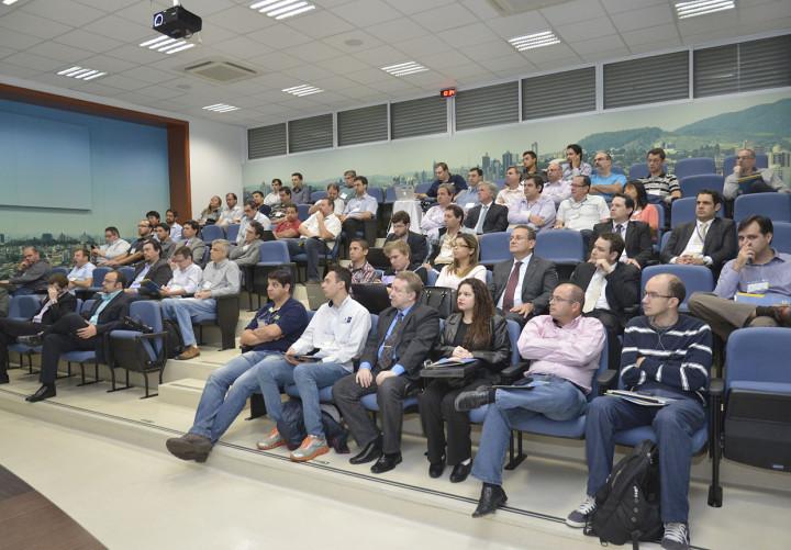 Profissionais da área de TI assistem palestra presencialmente e online