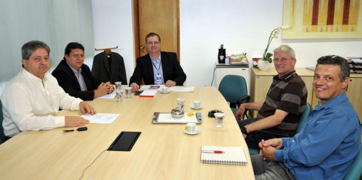 Secretário Marcos Brunholi e integrantes da comissão organizadora