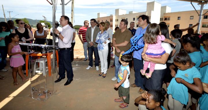 O prefeito Pedro Bigardi afirma que a conquista da moradia é da comunidade: história e rede social