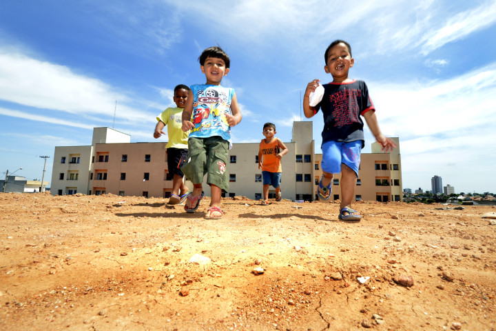 Crianças correm na área onde vai ser iniciada a obra populares: esperança de dias melhores