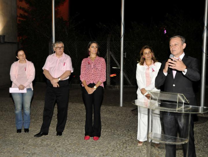 Evento no Paço Municipal, com o prefeito e primeira-dama, marcou abertura do Outubro Rosa
