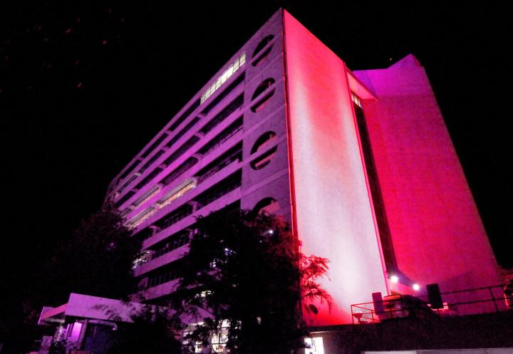 Paço Municipal recebeu iluminação rosa por conta do Outubro Rosa