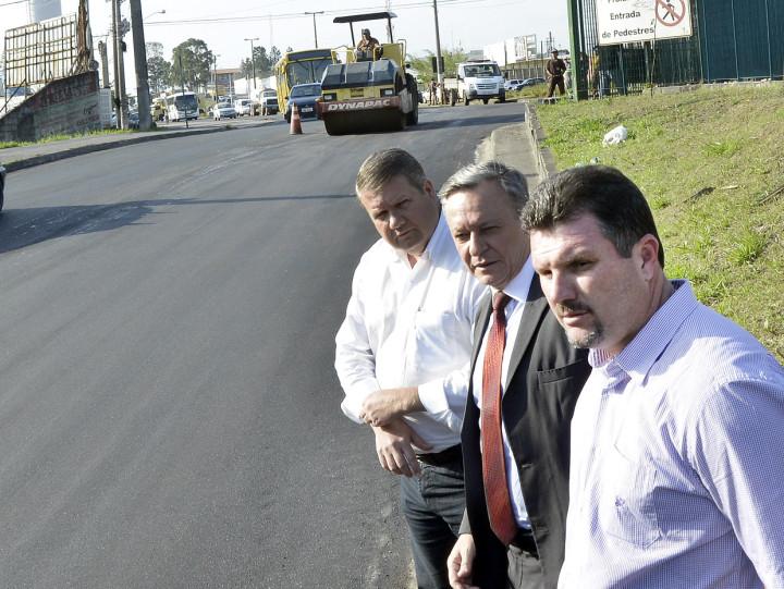 O prefeito Pedro Bigardi, Aprillanti e Gastaldo visitam obras na Geraldo Dias