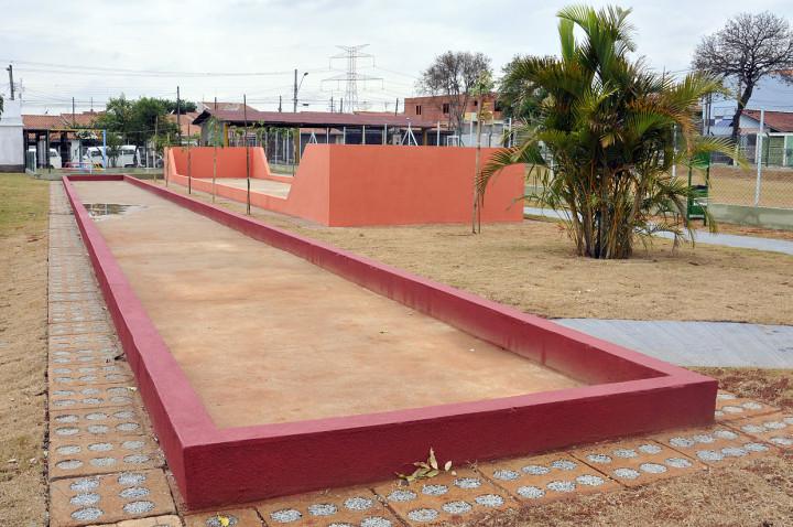 Esportes ao ar livre ou academia coberta na área de práticas corporais