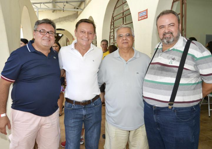 Autoridades com o padre Antonio Carlos