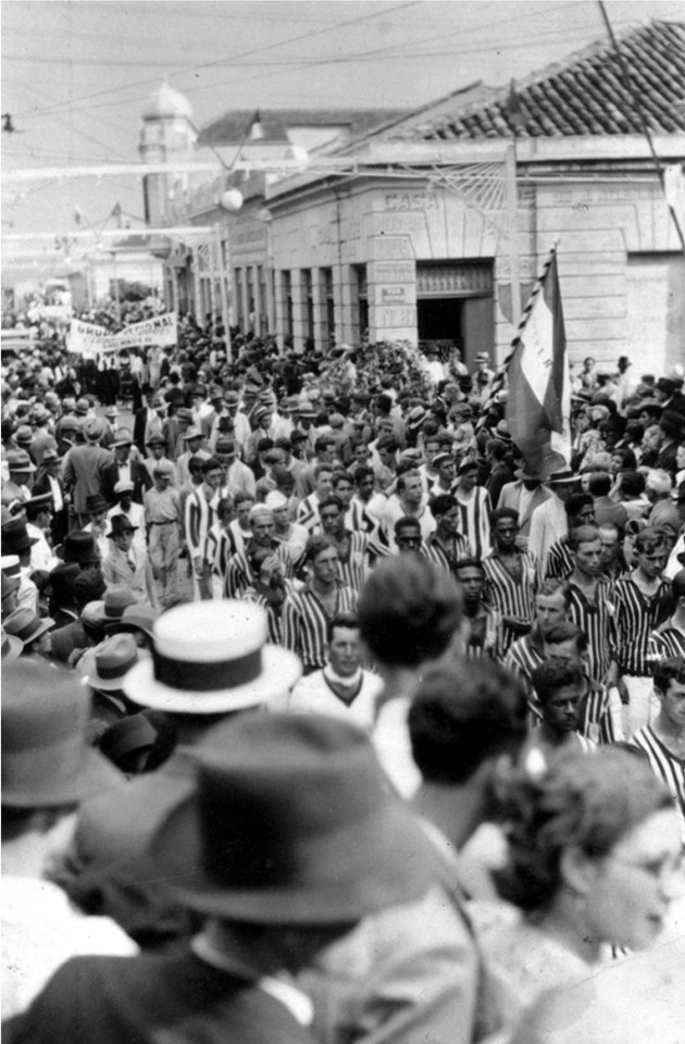 Cidade lotada durante a 1ª Festa da Uva, em 1934