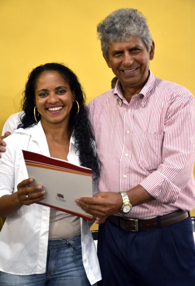Regina recebe das mãos do vereador José Dias a escritura da sua casa