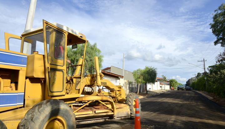 Máquina trabalha na avenida José Gothard: asfalto