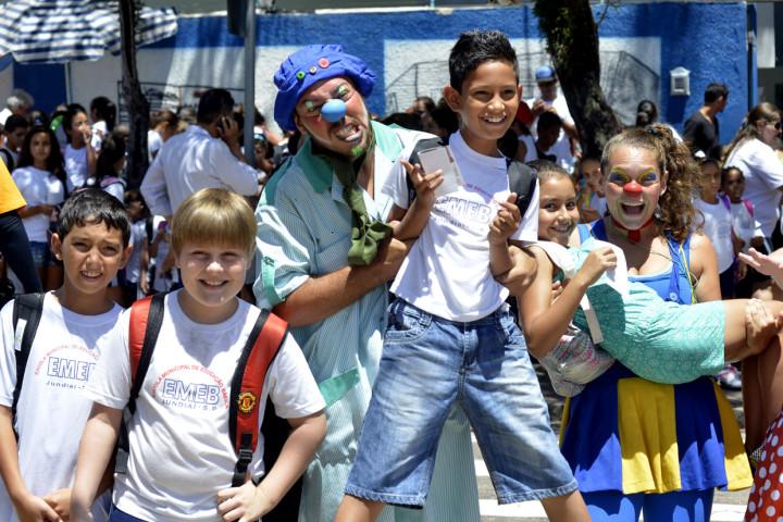 Atores auxiliam na campanha de volta às aulas