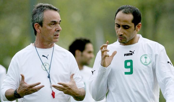 Medina (esquerda), na Copa de 2006, com Sami Jabel, da Arábia Saudita