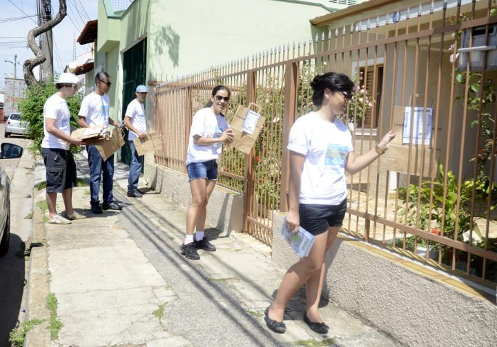 Colaboradores preparam o evento visitando casas
