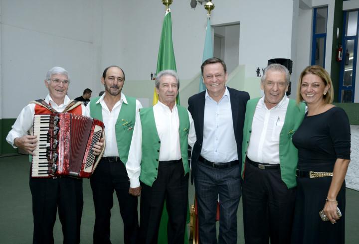 Prefeito e primeira-dama com os integrantes do conjunto I Cantánti D' Itália