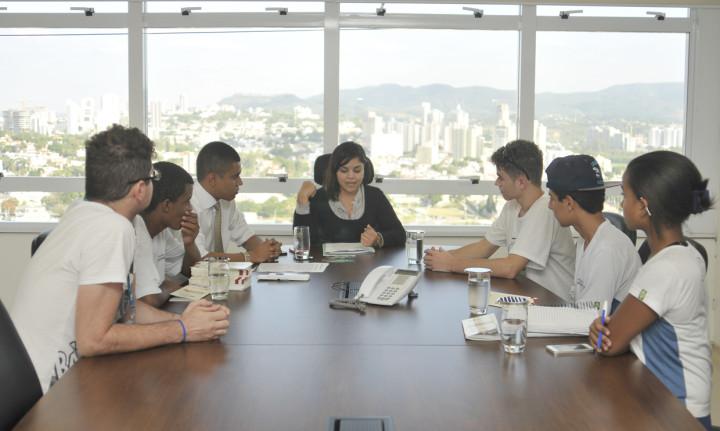 Estudantes visitam Coordenadoria da Juventude
