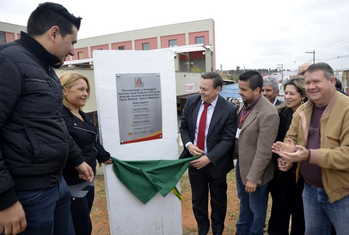 O prefeito realizou a entrega das obras ao lado de autoridades